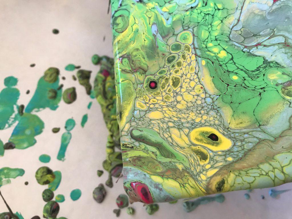 נזילות צבע על קנווס